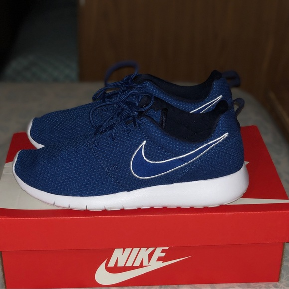 NEW nike roshes size 6.5y. WOMENS SIZE 7.5 a51166c5a